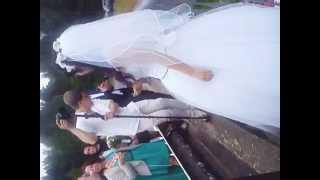 Жених и невеста вешают замок