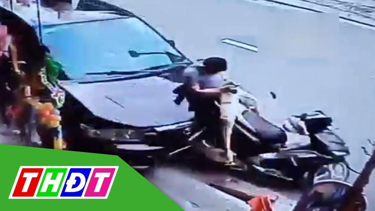 Nam thanh niên bị ô tô húc văng xuống đường khi đang ngồi nạp thẻ điện thoại   THDT