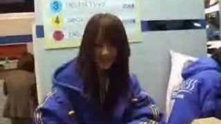 東京オートサロン2008ENDLESSブースにて、福引でガラガラポンを回すハマ...