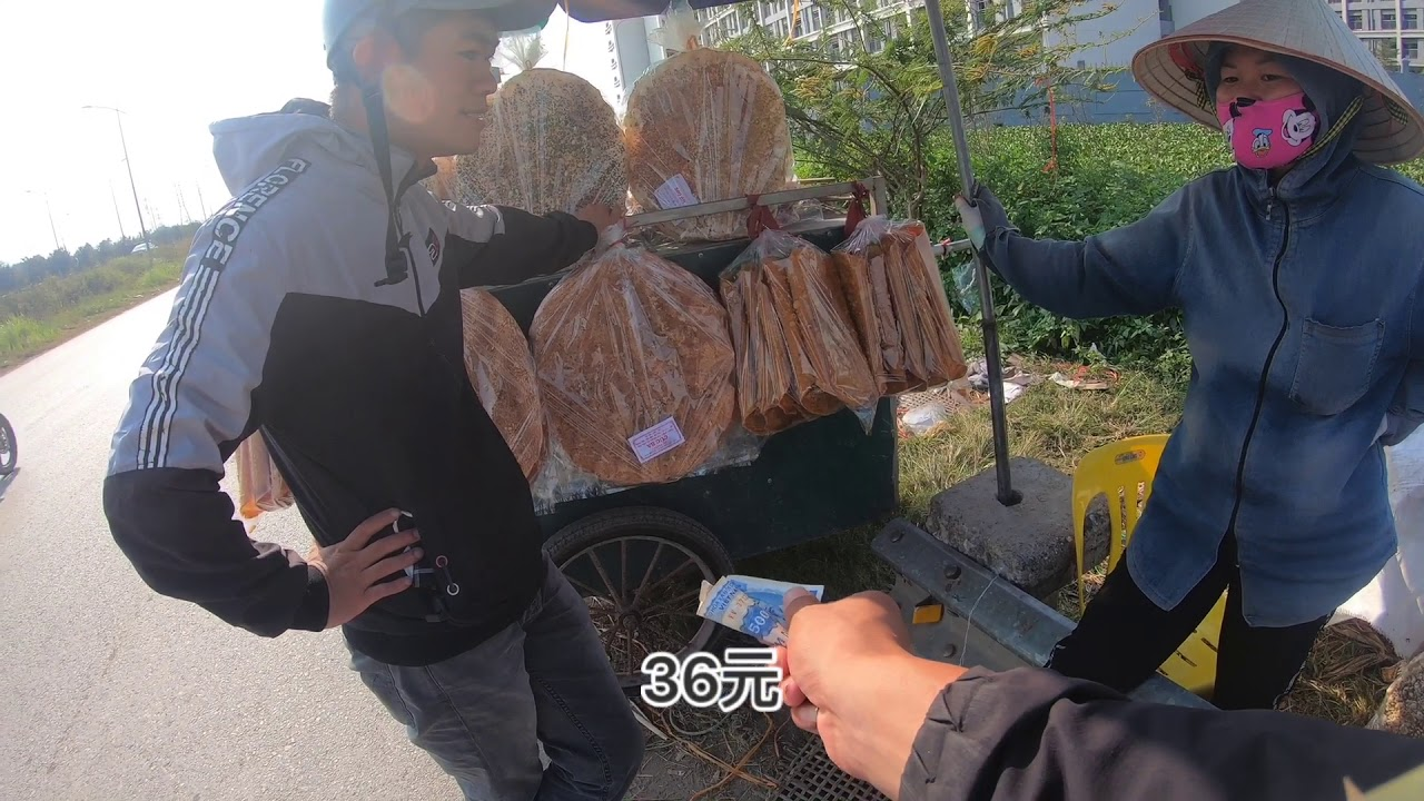 黃寶強窮遊越南,越南農村路邊的越南餅乾比我的頭還大