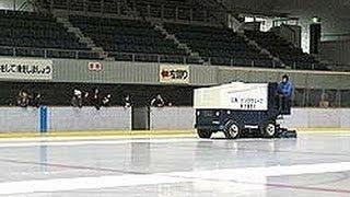 東区スポーツセンターにあるスケートリンクの製氷作業