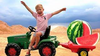 Малыш на Тракторе везет в прицепе Арбуз и едет на пикник с друзьями