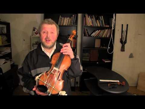 Vladimir Pliassov viser fiolin av egen oppfinnelse. På norsk.