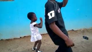 3years baby girl Performed the Action of ob dancer by the music of Wisa-Greid-Ur-Cocoa