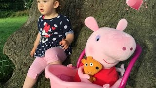 Pushing Stroller with PEPPA PIG / Having Fun with PEPPA PIG /Empujando Cochecito con PEPPA PIG/