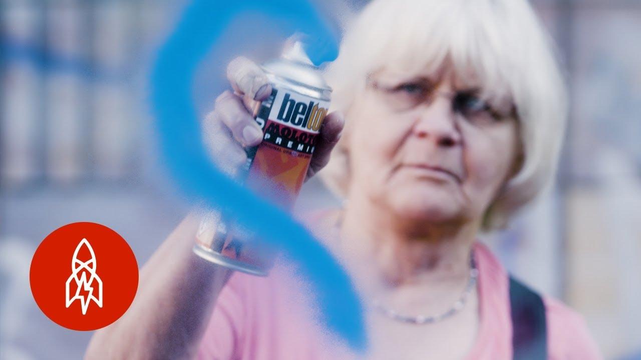 71-годишна баба преку цртање графити се бори за подобар свет