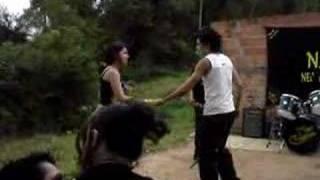 Bozo Kim e Jéh dançandu ao som de 2x2