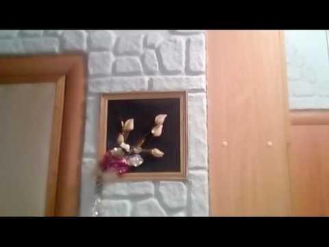 Отделка стен декоративным камнем и обоями на кухне фото