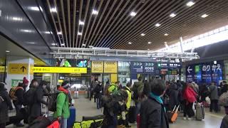 外国人観光客で大混雑した北海道新幹線の新函館北斗駅の窓口改札口とガラガラの自動改札口の状況