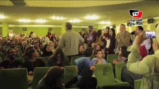 باسم يوسف يلتقط السيلفي مع الجمهور التونسي بـ«قرطاج السينمائى»