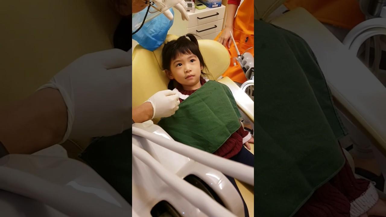 欣盈3歲4個月第一次檢查牙齒 - YouTube