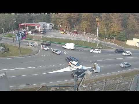 Видео с камер: утреннее ДТП на развязке улиц Транспортная и Фабрициуса в Сочи (21.11.2019)