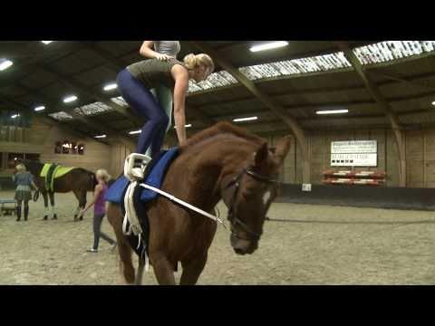 Turnen op de rug van een galoperend paard