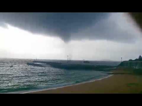 Un tornado causa daños en un bar y en un pinar de la playa de Cabío, en A Pobra
