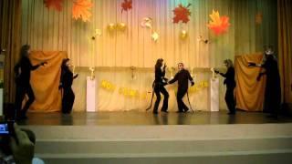 танцуют дети с родителями на семейном фестивале танец кошки