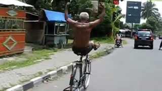 Юмор на велосипеде. Подборка видео приколов.(Лучший юмор с велосипедистами. Отличная подборка для хорошего настроения., 2014-10-06T09:00:05.000Z)