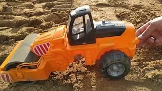 Играем с Дорожным Катком в большой песочнице и ровняем дорогу. Рабочие машинки в песке