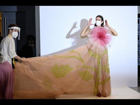 بداية شبابية لأسبوع الملابس النسائية الجاهزة في باريس