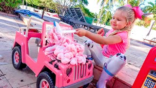 डायना और रोमा जैसी मज़ेदार कहानियाँ बच्चों की कारों के साथ खेल रही हैं