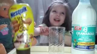 Что будет если смешать молоко с шоколадом?Как приготовить #шоколадный коктейль Несквик?(Мы готовим #шоколадныйкоктейльНесквик.Готовится #коктейльНесквик очень быстро.Детки любят такой коктейль..., 2016-06-06T04:27:23.000Z)