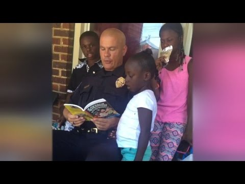 Kind Police Officer Who Dances and Reads To Children Will Warm Your Heart