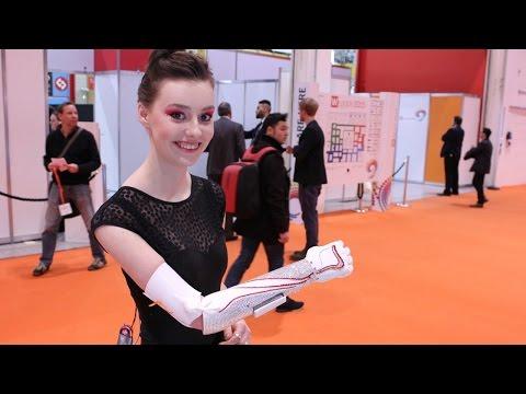 Смотреть онлайн Производителя бионической руки наградили миллионом долларов в ОАЭ (новости)
