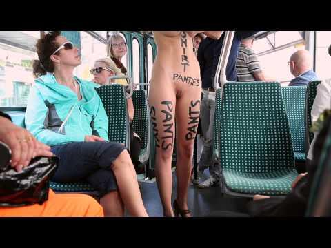 Швейцарский художник Мило Мойра голым в общественном транспорте Базеля