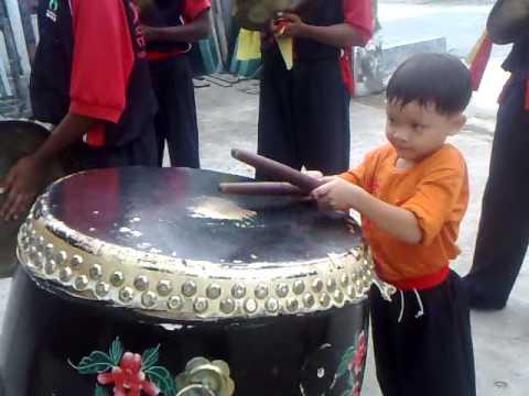 kid LION DANCE drumming (6 years old)叶 生 弟 子 醒 狮 团 六 岁 小 鼓 手