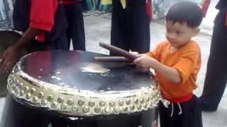 kid lion dance drumming 6 years old 叶 生 弟 子 醒 狮 团 六 岁 小 鼓 手