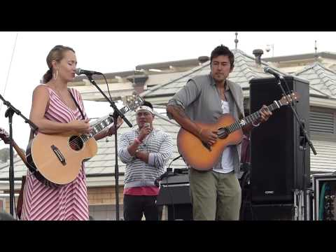 """anuhea performs """"forever summer"""" with justin young in hermosa beach 08/18/13"""