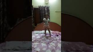 Cool little 5 yrs girl dancing on chitiyan kalaiya ve