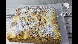 Altinda findikli bir kek üzerinde vanilya kremasiyla pisen pasta I Nusskuchen mit Vanillehaube