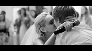 Невеста читает рэп в подарок жениху на свадьбе.mp4