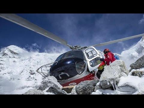 Everest: evacuati circa 300 alpinisti bloccati al campo base