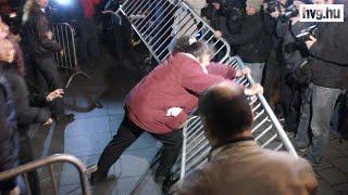 Így torkollt nyomakodásba a Kossuth téri tüntetés