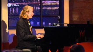Helge spielt Klavier
