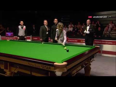 The snooker champion Ronnie O'Sullivan lets play a strange spectator (England Open)