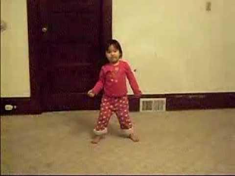 Bé 3 tuổi bắt chước điệu nhảy của Michael Jackson