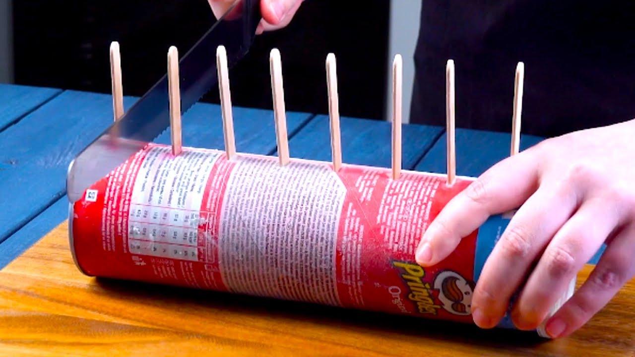 Infila 8 stecchi di legno nel tubo di patatine e taglialo a fette | Stecco gelato fatto in casa