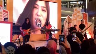 Download Lagu Isyana Cold Water & Closer | Live Atrium Kota Kasablanka mp3