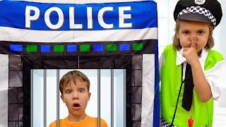 Katy como policía mantiene el orden