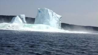 Brechender Eisberg versetzt Frau in Panik