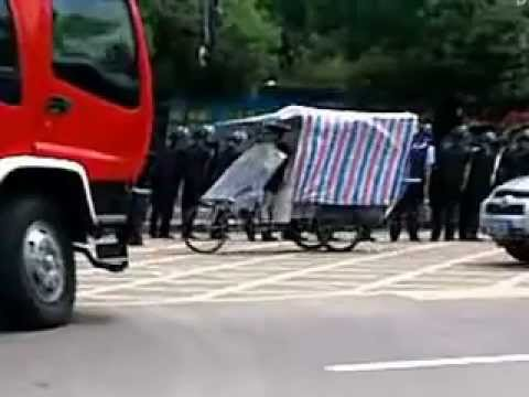 Guangdong residents stand off with police in protest (4)