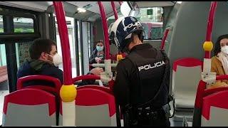 Policía reparte mascarillas a usuarios de autobús en La Coruña