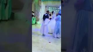 Ангелочек вручает обручальные кольца жениху и невесте