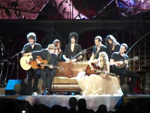 Taylor Swift and James Taylor Singing Fire and Rain and Fifteen together