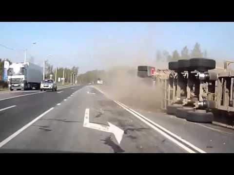 Tránh ô tô con, xe đầu kéo bị lật kinh hoàng