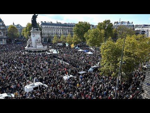 -أنا صمويل-.. الآلاف يتظاهرون في باريس تكريما لمدرس قتل بعد عرضه رسوما كاريكاتورية للنبي محمد