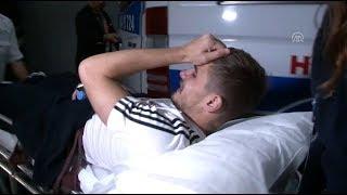 Sakatlanan Beşiktaşlı oyuncu Dorukhan Toköz, gözyaşlarıyla hastaneye kaldırıldı