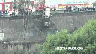 Camioneta cae a un barranco de 80 metros a la altura del IMSS en Zitácuaro